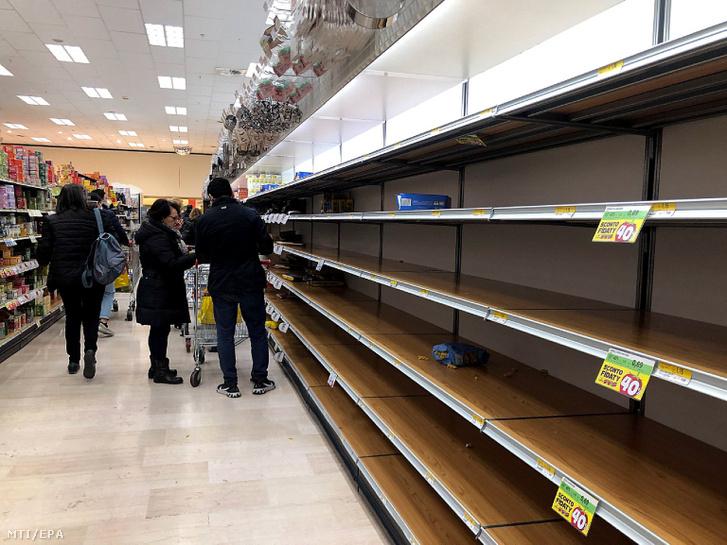 Üres pultok egy milánói élelmiszer-áruházban 2020. február 23-án.