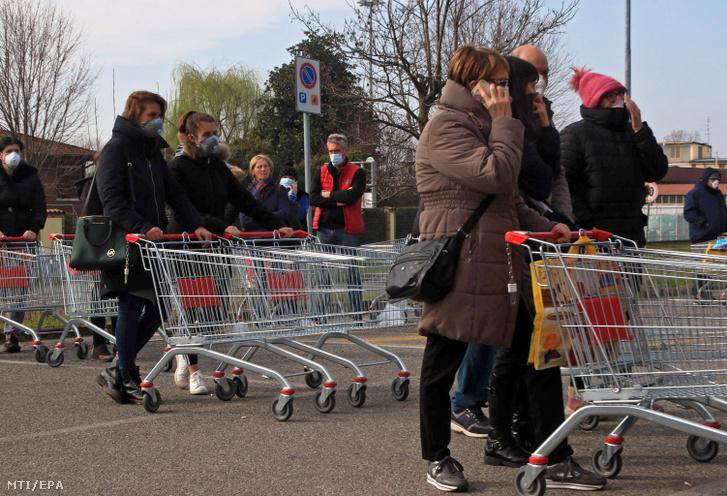 Sorban állnak az emberek egy élelmiszer-áruház előtt az észak-olaszországi Casalpusterlengo településen 2020. február 23-án.