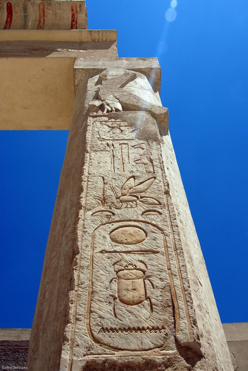 Hatsepszut templomának egyik oszlopa.