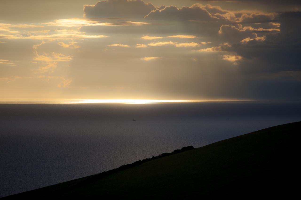 Niarbyl ismét adta, és akárhányszor meglátom ezt a képet, könnybe lábad a szemem. Egész nap esett, ez volt az utolsó napunk a szigeten, csak kirándultunk, és magunk mögött hagyva a partot még utoljára visszanéztem, amikor ezt láttam. A tengeren két halászhajó közlekedett, a nap pedig kibújt a felhők közül, és búcsúzóul megmutatta még magát. Sok mindent hozzáfűzni nem lehet, csak próbáltam bezárni a pillanatot. Niarbyl egyébként csodálatos hely, még azon is túl, hogy a Lottózsonglőrök című filmet itt forgatták. Ha egyszer erre járnak, menjenek el a Niarbyl Café-ba, és egyenek mentás borsókrémlevest, vajas cipóval. A tulaj felesége cseh, ezért amikor megtudta, hogy magyarok vagyunk, külön előadást tartott a helyi tektonikus lemezekről, amelyeket a világ egyik csodájaként tartják számon. Állítása szerint Észak-Amerika partjainál végződnek. Ezek után leültetett bennünket az étterem emeleti részébe, ahonnan vacsora közben figyelhettük a vizet. Ha szerencsénk lett volna, láthattuk volna az itt élő delfinkolónia egy részét. Sajnos nekünk nem volt, illetve de, hiszen megélhettük ezt a csodát