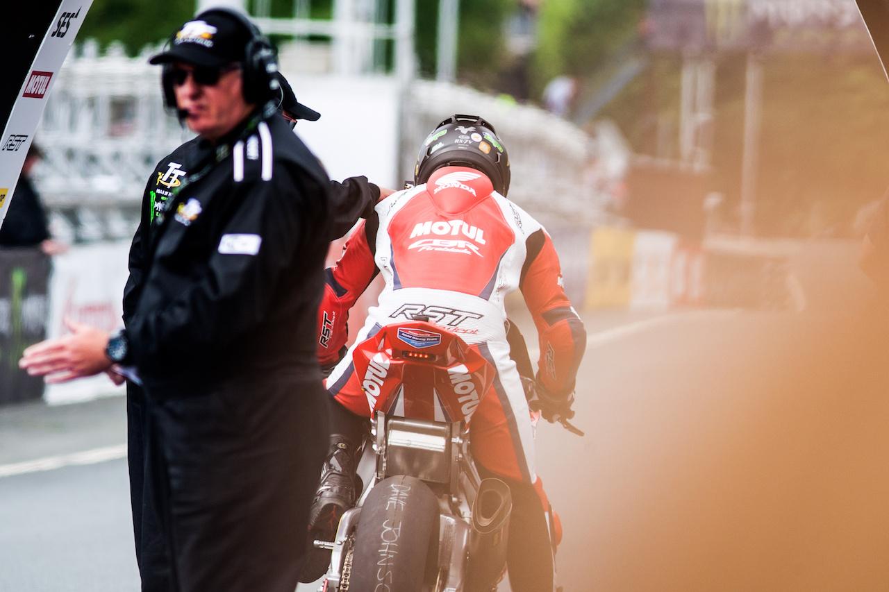 Az ausztrál Dave Johnson sajnos megtanulta, a teljesítmény sokszor másodlagos. A tavalyi esztendő Davónak egyértelműen az áttörést jelentette, hiszen a Norton után egy még ütőképesebb gyári csapathoz került, és bizonyította rátermettségét. A sokak által puhánynak nevezett CBR-rel ő volt az egyetlen versenyző, aki a gyári csapatnak dobogót szállított, miután harmadik lett a Superstock kategóriában. Ennek ellenére a Honda mégis megvált tőle, ezért az idei évben Hillier csapattársaként ő is az OMG alakulat egyik BMW-jével fog versenyezni