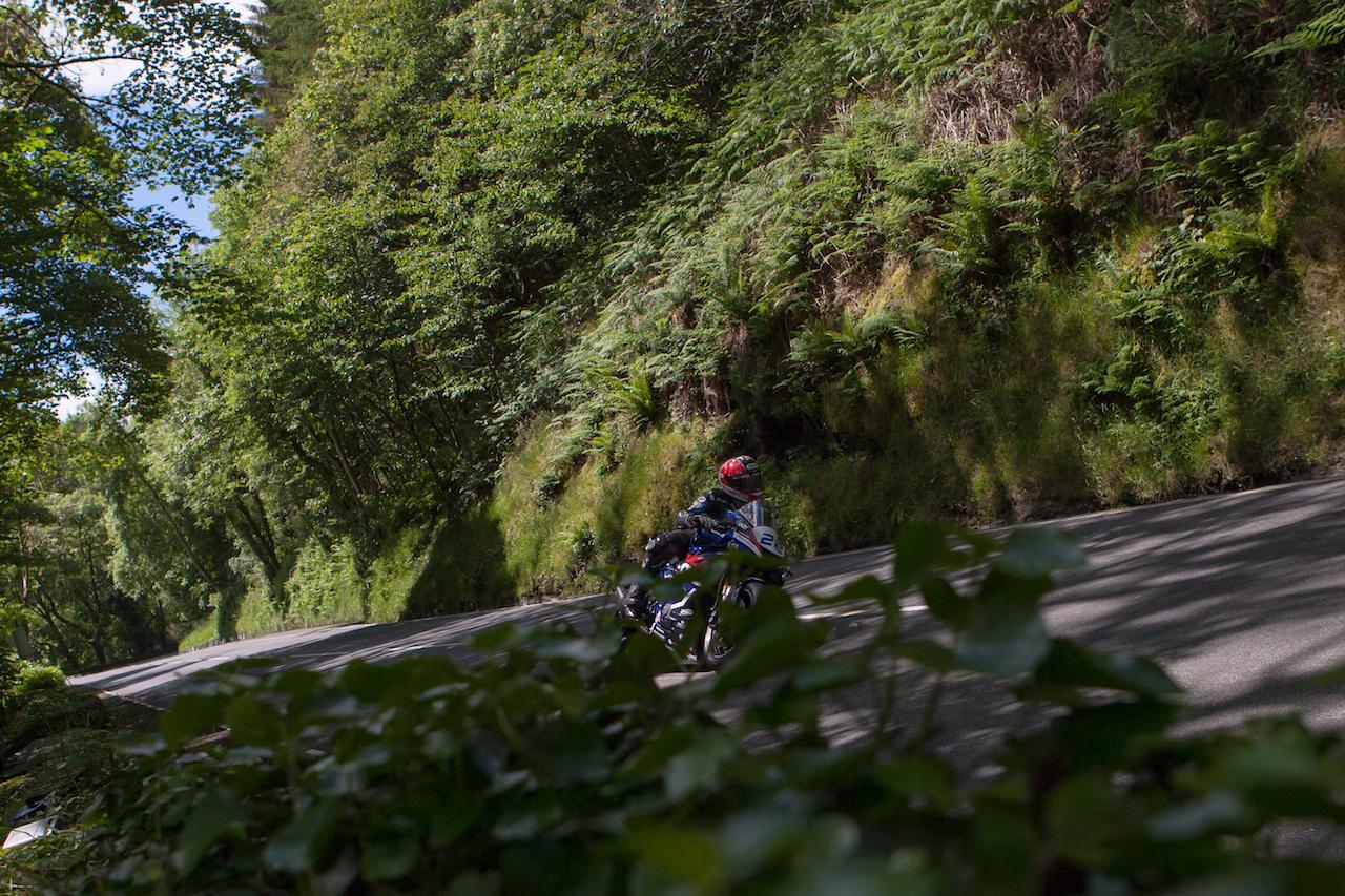 Ez már a manók világa, itt illik lágyan és diszkréten motorozni, nem felesleges lármát csapni. Ő pedig az osztrák-svájci Horst Saiger, aki épp igyekszik megfelelni a fenti elvárásoknak