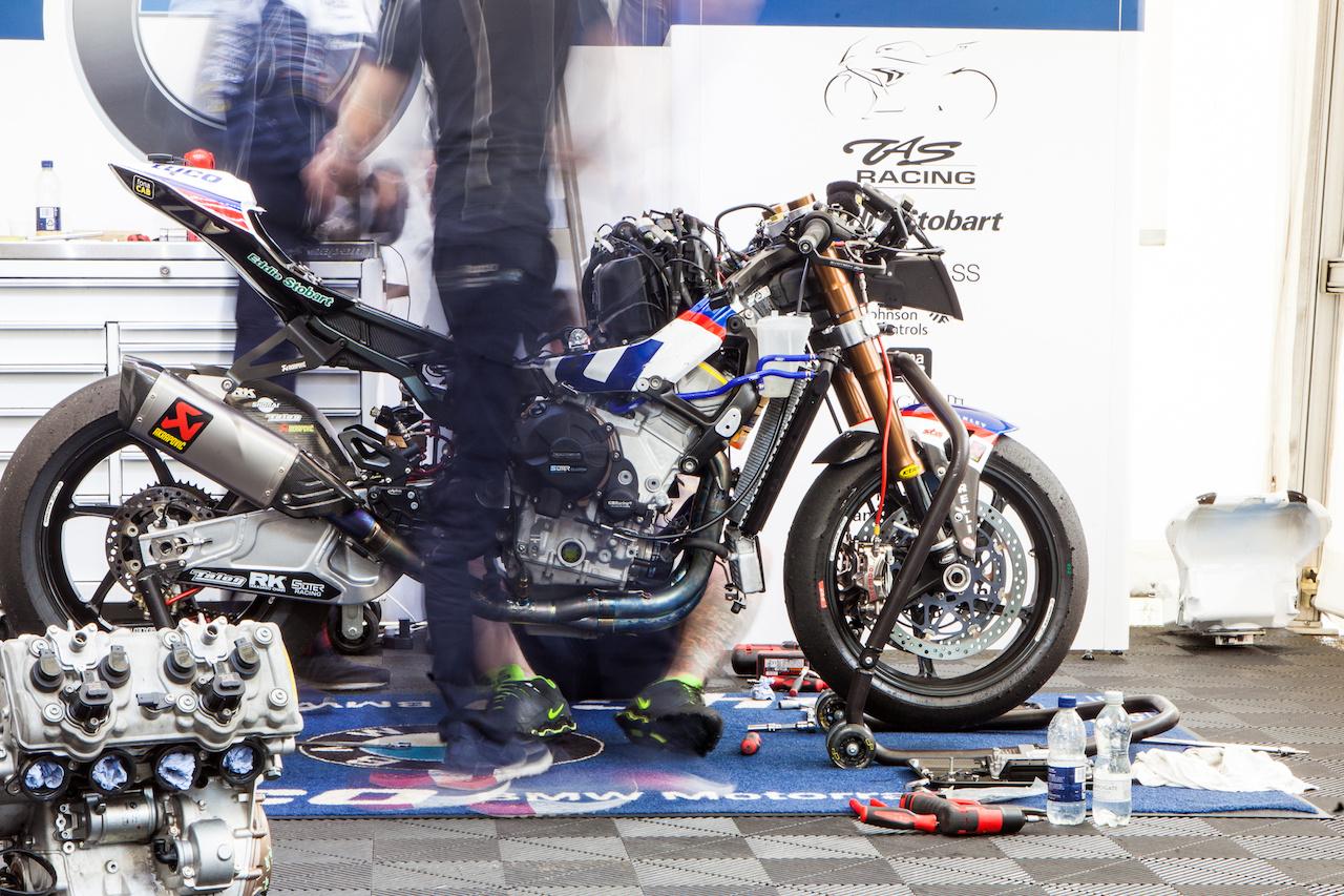 Michael Dunlop BMW-jén dolgoznak a Tyco csapat szerelői. Nagyjából így néz ki egy Superbike motor lecsupaszítva. Sok titkolni valójuk nem lehet, mert amikor engedélyt kértem fotózni, csak legyintettek. Az viszont számomra is új információ volt, hogy a csapatvezető, Philip Neill felesége félig magyar
