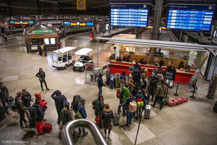 A bizonytalan ideig leállított vasútforgalom miatt kialakult sor a müncheni vasútállomás információs pultjánál 2020. február 24-én