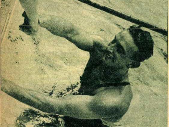 Csiket 57.6 mp.-es győzelme után kiemelik a vizböl. Forrás: Pesti Hírlap 1936. 183. szám / Arcanum adatbázis