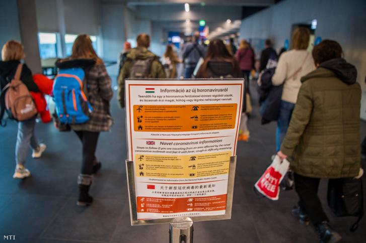 A koronavírus-járvánnyal kapcsolatos információs tábla a Liszt Ferenc-repülőtéren 2020. február 5-én.