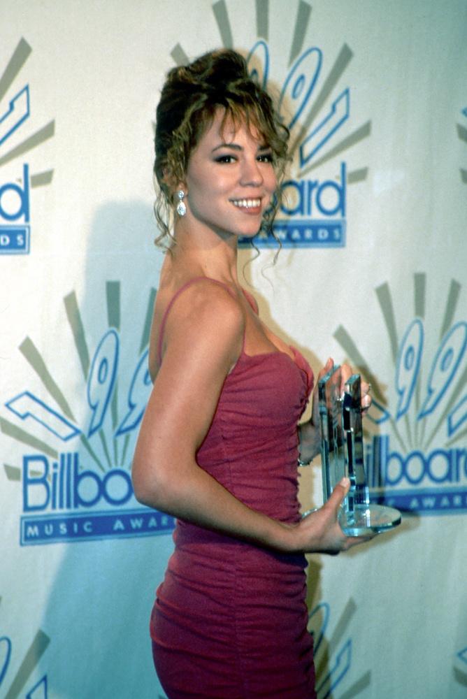 A 49 éves Mariah Carey első stúdióalbuma 1990-ben jelent meg, ám bizton állíthatjuk, hogy leghíresebb dala az All I Want For Christmas, ami 25 évvel a megjelenése után ért fel az amerikai Billboard Hot 100-as listájának első helyére