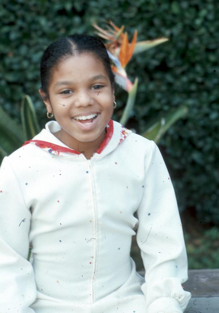 Zárjuk a sort Janet Jacksonnal, akit már 7 évesen színpadra állítottak szülei, hogy testvérei oldalán szórakoztassa a közönséget
