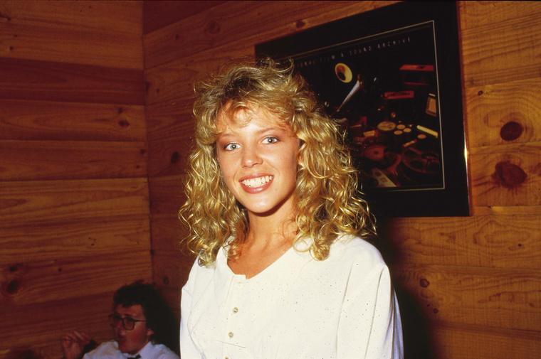 Az 51 éves ausztrál Kylie Minogue, aki még Kylie Jennerrel is harcba szállt a celeb névhasználata miatt,  első slágere a Locomotive volt, 1987ből