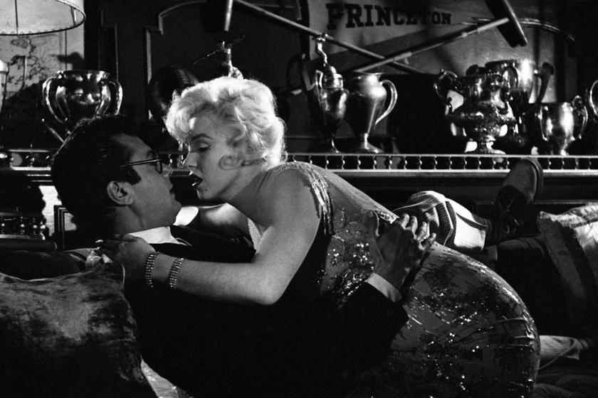 Marilyn Monroe és Tony Curtis csókjelenete.