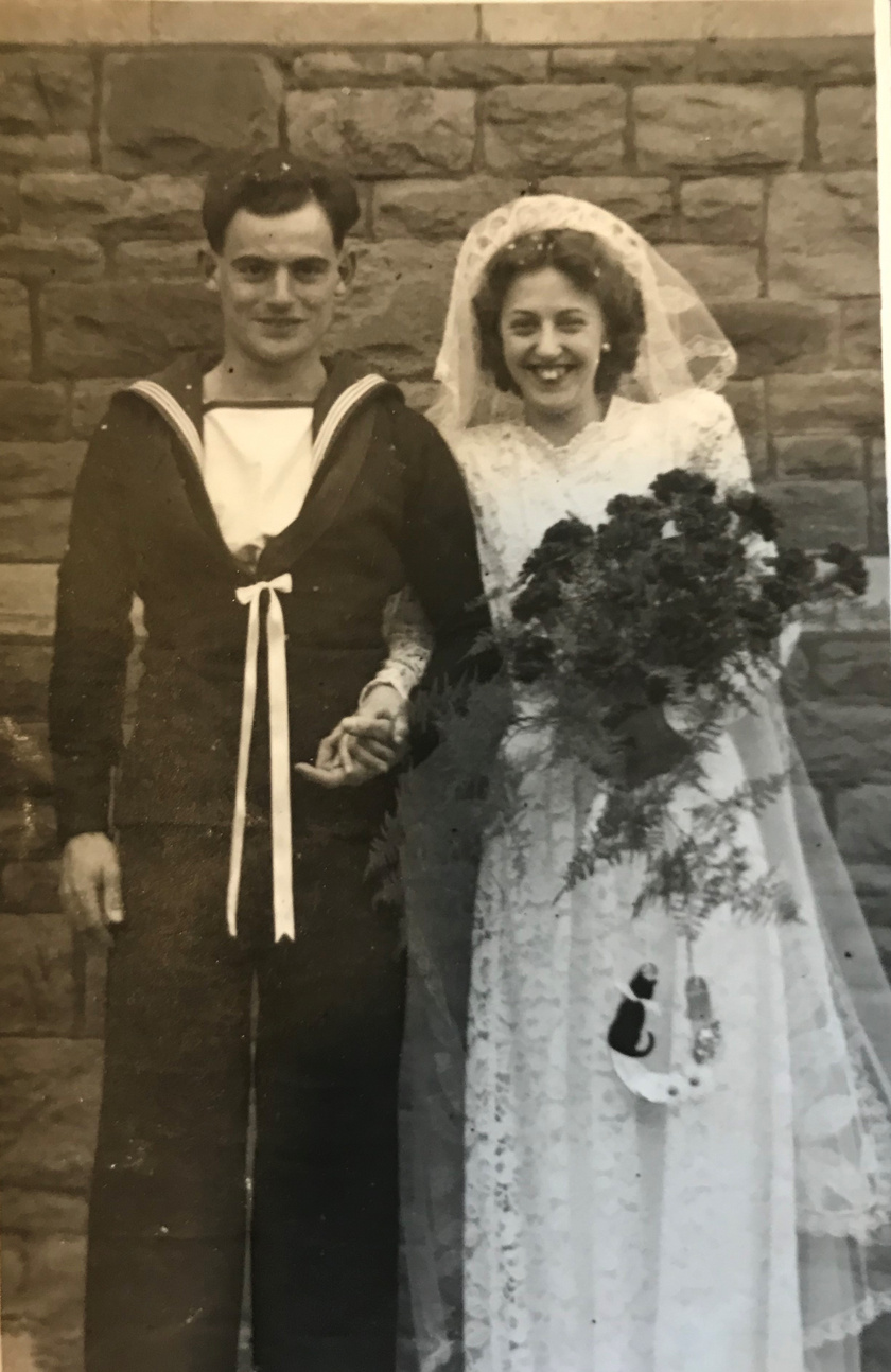 Mindketten 1927-ben születtek, méghozzá szomszédos házban. Az 1944-es táncestig viszont szinte nem is találkoztak, csak néhányszor látták egymást futólag, illetve Glennis párszor a lakásuk ablakából leste meg a fiút.