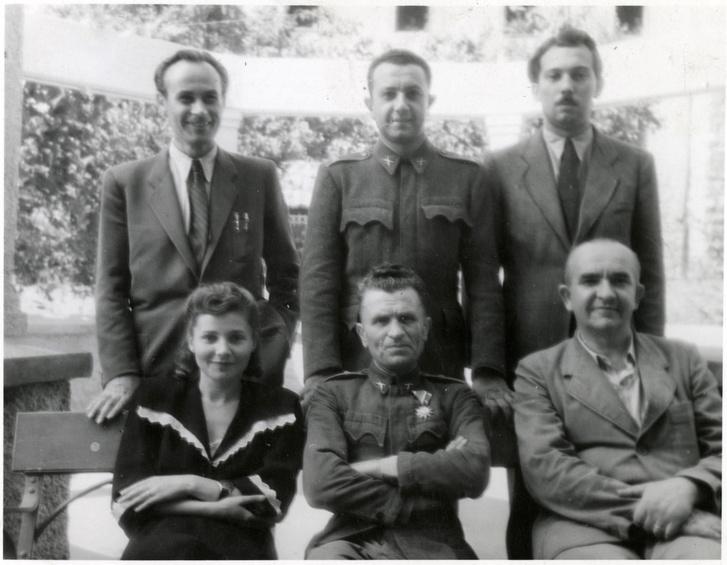 Ruscsák Lajos (alul középen), a Dreifusz Panzió névadója. A Buda-déli internálótábort a foglyok így emlegették maguk között a kegyetlenségéről hírhedt, féllábú, két mankóval járó, ezért Dreifusznak (háromlábúnak) csúfolt parancsnok gúnyneve után