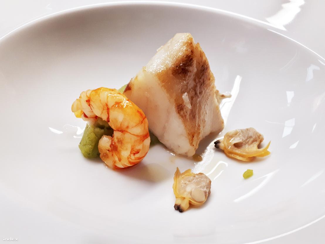 Halleves umbrina hallal, rákkal, kagylóval és pesztós burgonyapürével, még a lé nélkül (A Pasztell étterem kínálatából)