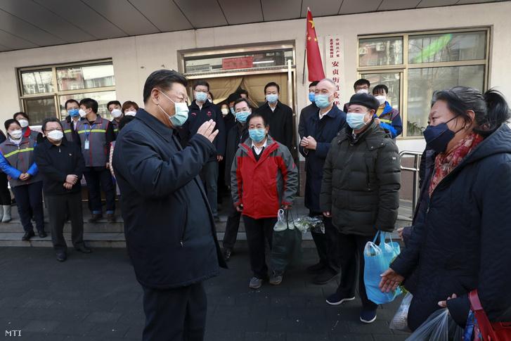 Hszi Csin-ping kínai elnök (balra elöl) Peking egyik kerületében 2020. február 10-én