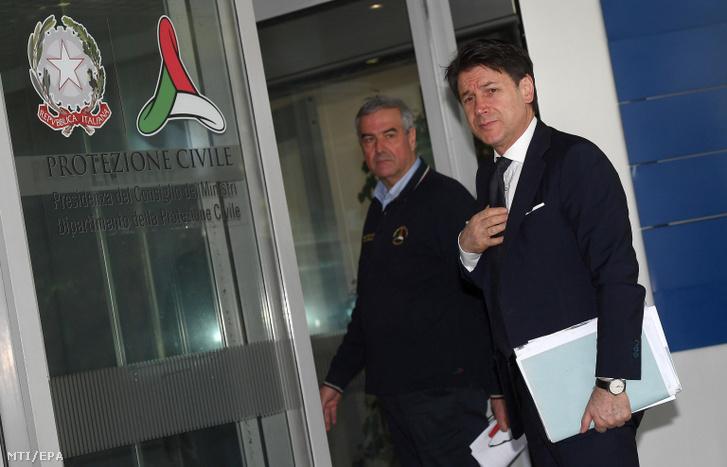 Giuseppe Conte olasz miniszterelnök (j) és Angelo Borrelli, az olasz polgári védelem vezetője rendkívüli tanácskozásra érkezik a tüdőgyulladást okozó új koronavírus olaszországi megjelenésével kapcsolatban Rómában 2020. február 24-én