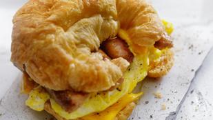 Kedvenc reggelink: omlettes reggeli szendvics croissant-ban, kaliforniai paprikával