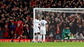 Őrült meccsen, potyával menekült a csúcs felé a Liverpool