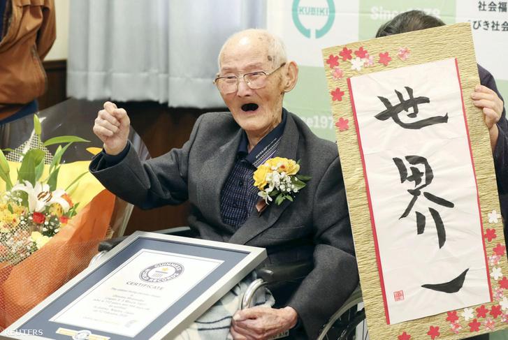 """Vatanabe Csitecu pózol kezében a Guinness World Records által küldött igazolással, és mellette egy kalligrafikus írással, miszerint ő a """"világon az első"""" 2020. február 12-én"""