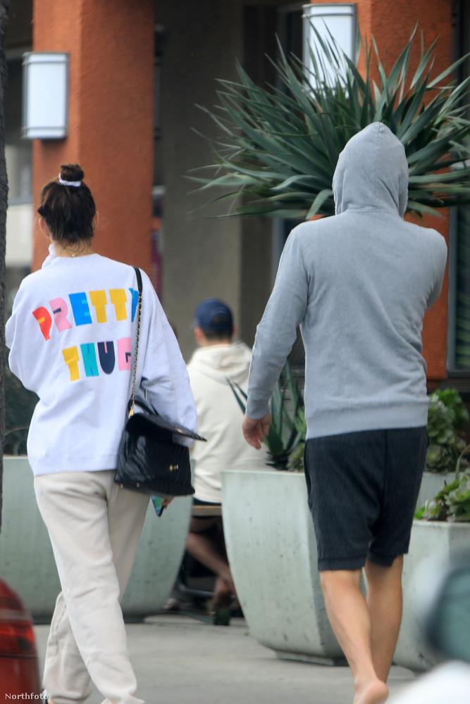 A pár egymáshoz öltözve, kissé slamposan (vagy mondjuk inkább úgy, hétköznapian?) lépdeltek el a boltig, ugyanolyan papucsban
