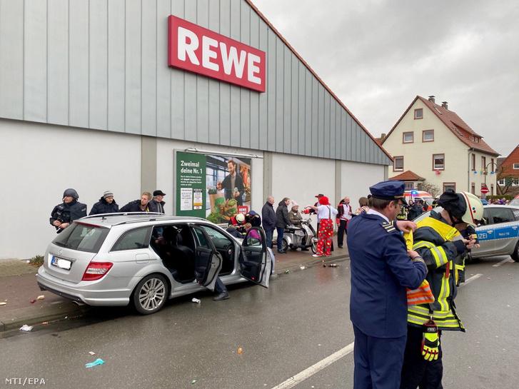 Bűnügyi helyszínelők vizsgálják az ezüst színű autót amellyel a 29 éves környékbeli férfi a tömegbe hajtott a volkmarseni farsangi felvonuláson 2020. február 24-én.