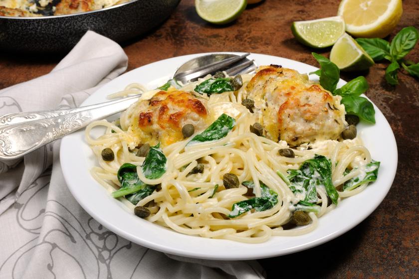 Húsgombócok spagettivel, sajtos-spenótos szósszal: tésztával igazán finom
