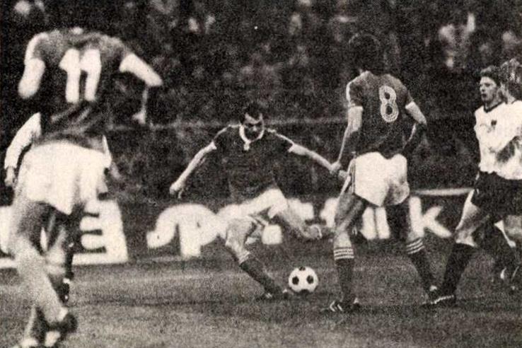 Kiprich gyönyörű cselsorozat után pontos lövéssel szerzi meg a vezető gólt. Forrás: Labdarúgás, 1985. április, 4. szám / Arcanum adatbázis