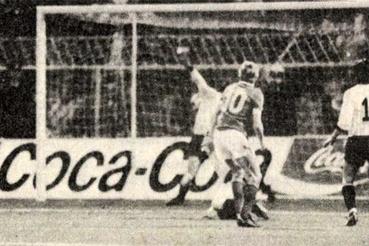 Détári (középen), 10-es mezben) a második félidőben a harmadik gólt lövi. Forrás: Labdarúgás, 1985. április, 4. szám / Arcanum adatbázis