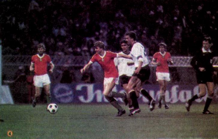 Détári szélsebesen indul meg a labdával, amelyből végül is a harmadik gólt szerzi a Hanappi stadionban. E pillanatban éppen Prohaskát hagyja faképnél. Forrás: Labdarúgás 1985. június, 6. szám / Arcanum adatbázis