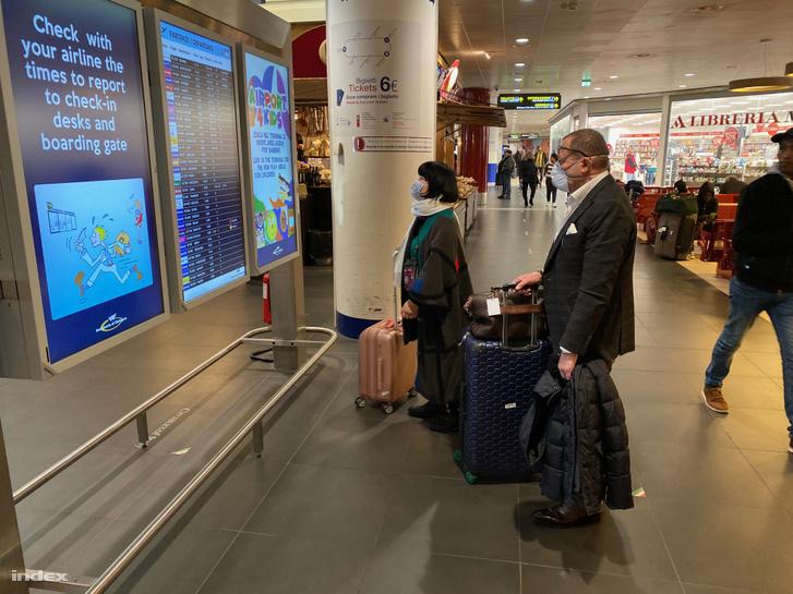 Utasok Bologna nemzetközi repülőterén 2020 február 25-én