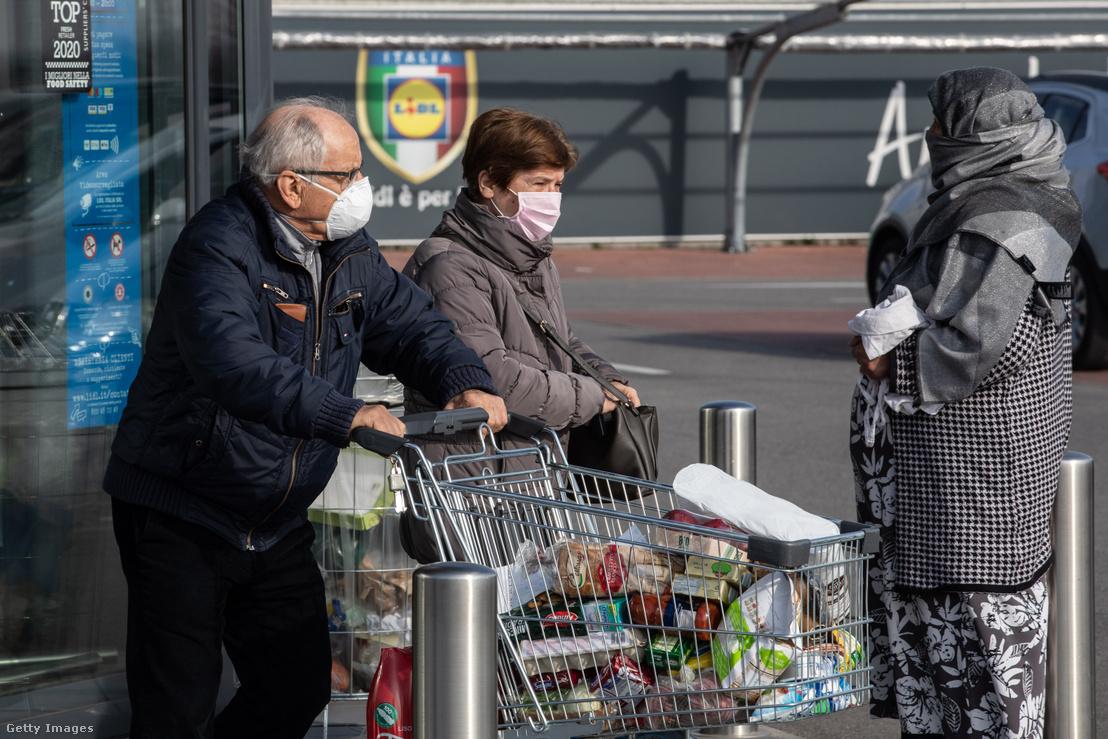 Vásárlók egy olaszországi szupermarket parkolójában