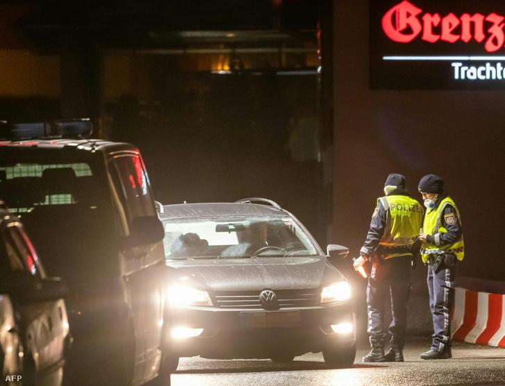 Rendőrök ellenőriznek az olasz-osztrák határátkelőhelyen