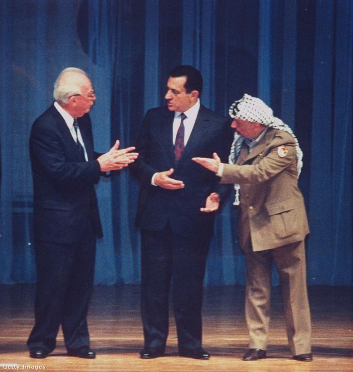 Jichak Rabin izraeli miniszterelnök, Hoszni Mubarak és Jasszer Arafat, a Palesztinai Felszabadítási Szervezet elnöke vitatkozik Kairóban 1994-ben a palesztin autonómiát életbe léptető izraeli-palesztin megállapodás szentesítésén. Arafat a dokumentumcsomag egyik darabjához mellékelt térképen nem volt                         hajlandó elhelyezni aláírását, amit Rabin hevesen kifogásolt. Ötperces vita után pótolták a hiányzó aláírást.