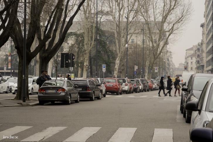 A megszokottnál kevésbé forgalmas utca Milánóban