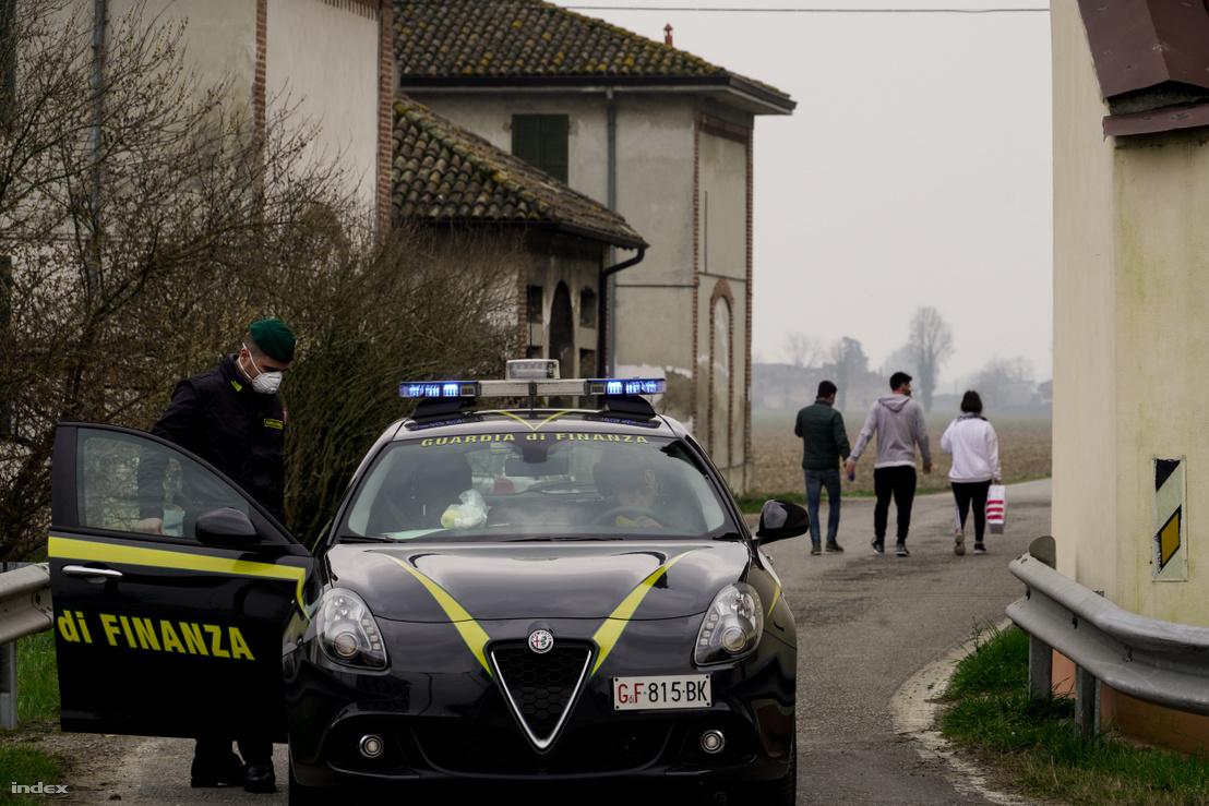 Rendőrök ellenőrzik a ki- és belépést a lezárt helyeken
