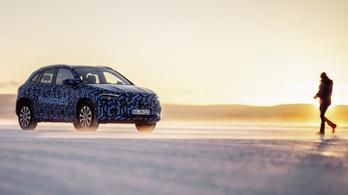 Álcázva mutogatja a Mercedes kisebbik villanyautóját