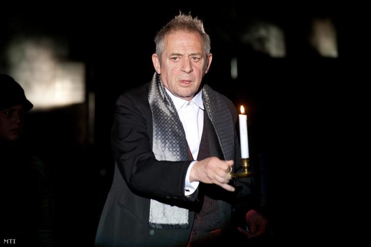 Jordán Tamás játszik Ebenezer Scrooge szerepében Charles Dickens Karácsonyi ének című darabjának próbáján a budapesti Pinceszínházban 2012. november 20-án.