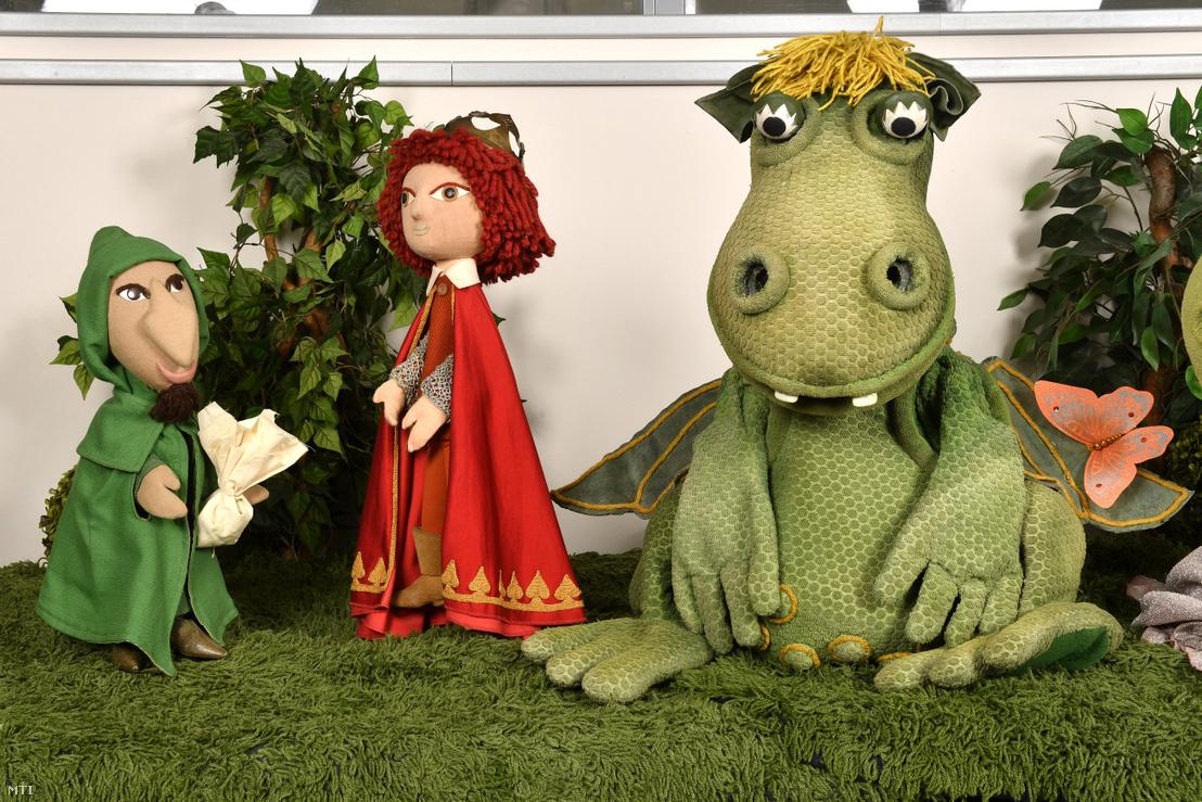 A Süsü a sárkány című bábfilmsorozat eredeti bábfigurái: Sárkányfűárus Királyfi és Süsü az MTVA Kunigunda utcai gyártóbázisának kiállítótermében 2018. április 17-én. A bábokat és a díszleteket Lévai Sándor tervezte.