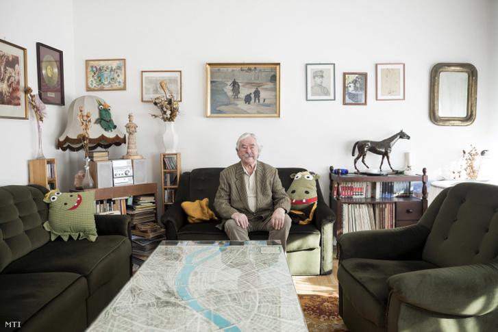 A Nemzet Művésze díjjal kitüntetett Csukás István Kossuth- és József Attila-díjas költő, író budai otthonában 2017. november 15-én.