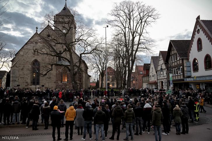 Közös imádságot tartanak a volkmarseni gázolás sebesültjeiért a város Szűz Mária katolikus templománál 2020. február 25-én.