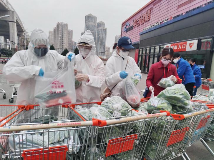 Önkéntesek szortírozzák az élelmiszert, amit csoportos megrendelés alapján egy szupermarketben vásároltak 2020. február 24-én, mivel az egyéni vásárlókat nem szolgálnak ki a COVID-19 koronavírus epicentrumában Vuhanban