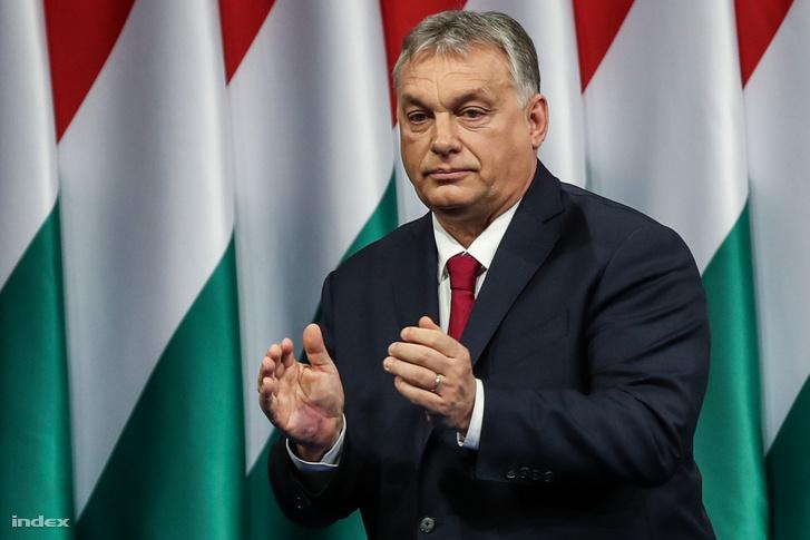Orbán Viktor tapsol tintás kézzel az évértékelő beszédén a Várkert Bazárban 2020. február 16-án