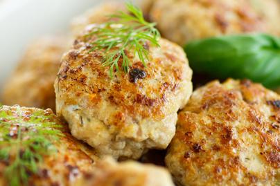 Szaftos csirkegolyó fokhagymával és zöldfűszerrel: elronthatatlan recept