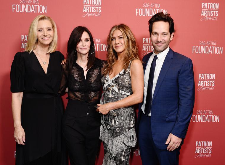 Ez a kép tavaly egy amerikai díjkiosztón készült, és ékes bizonyítéka, hogy, ellentétben a Szex és New York színésznőivel, a Jóbarátok színészei jóval a sorozat befejezte után is barátok maradtak