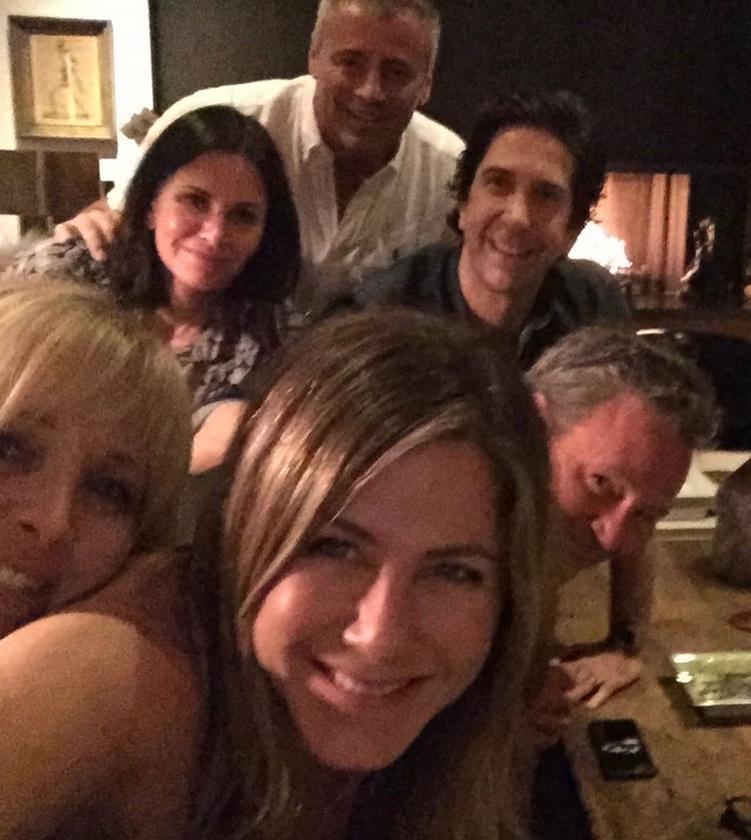 A Jóbarátok újbóli összeállításáról tavaly októbertől pletykáltak hangosabban, ekkor töltötte fel ugyanis közösségi oldalára Jennifer Aniston azt a szelfit, melyen az összes színésztársa szerepel