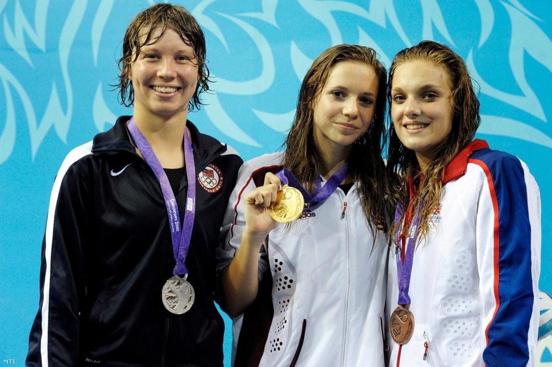 Az ezüstérmes amerikai Kiera Janzen, az aranyérmes magyar Kapás Boglárka és a bronzérmes brit Eleanor Faulkner a 400 méteres női gyorsúszás díjátadóján az I. ifjúsági olimpián Szingapúrban 2010. augusztus 20-án