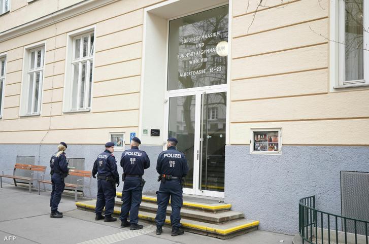 Rendőrök 2020. február 26-án a bécsi Albertgasse iskola előtt