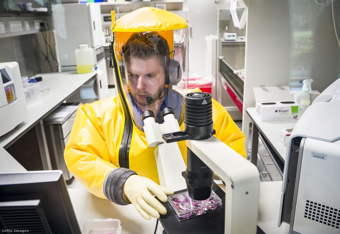 Német virológus kutató teljes védőfelszerelésben