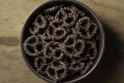 Apró csokis perecek házilag: gyerekkori kedvencünk otthon sütve még finomabb
