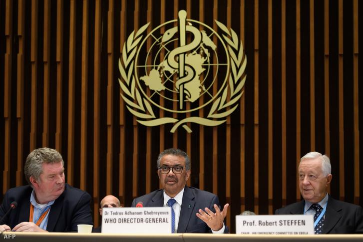 Balról-jobbra: Michael Ryan, a WHO egészségügyi vészhelyzetek programjának vezetője, Tedros Adhanom Ghebreyesus, a WHO főigazgatója és Robert Steffen, az ebola sürgősségi bizottságának elnöke a COVID-19 koronavírus elleni oltási kutatásokról szóló találkozón Genfben 2020. január 12-én