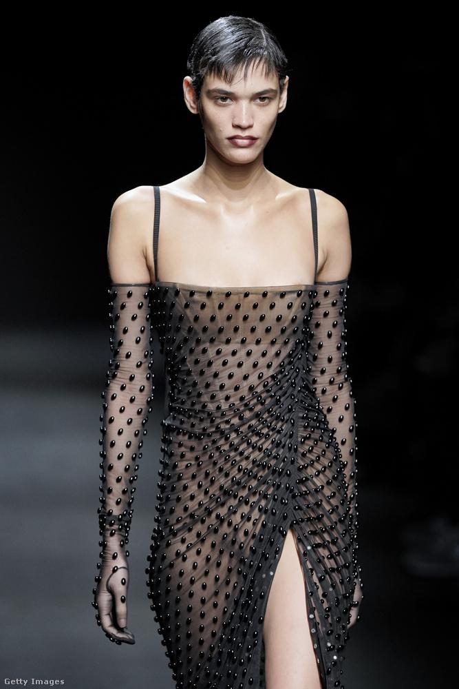 Ezt a ruhát fekete gyöngyök díszítik.